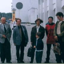 В. Данилов, О. Нечипорук із студентами кафедри на Міжнародній конференції з методики навчання в м. Славутич, 1997 р.