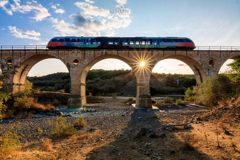 Влакът по залез