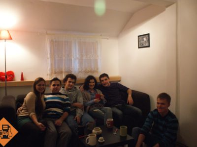 Jedni wybrali miejsca na wygodnej sofie (Sara, Szamans, Rolo, Asia, Dejw) inni woleli tradycyjny model wypoczynku na podłodze (Bonus)
