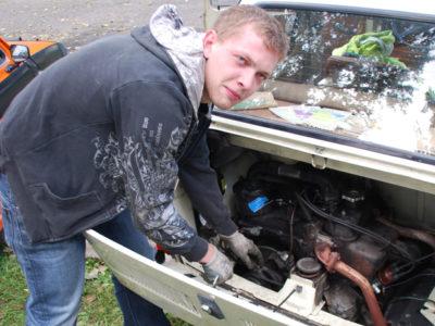 Amor uzdrawia swój samochód.