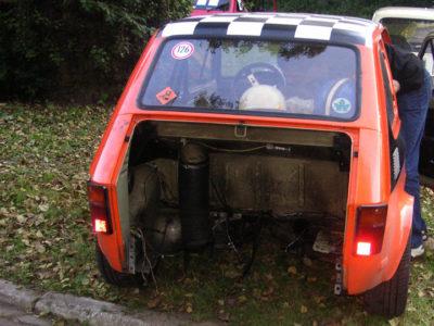 Silnik ze skrzynią szybko znalazły się poza samochodem.