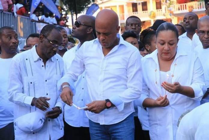 Le Chef de l'Etat allumant une bougie en signe d'hommage aux victimes
