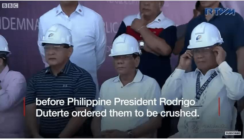 Des voitures de luxe détruites au bulldozer — Philippines