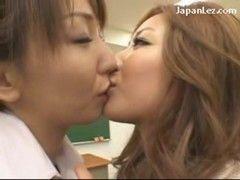 淫乱美人女教師と黒ギャルが放課後の教室でレズプレイ
