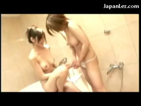 お風呂場でイチャつきながら百合プレイをしてる極上美女達!シャワーでおまんこを刺激しながら手マン攻めで絶頂してるレズ動画
