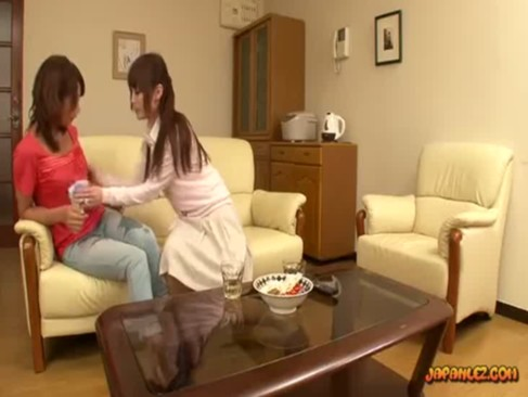 旦那が抱いてくれないので隣人を押し倒して強引にレズプレイする激カワ若妻のrezudouga