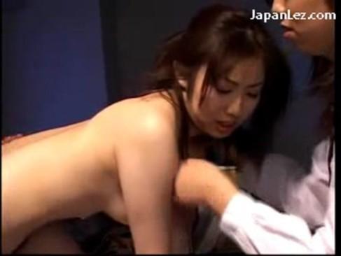 ストレスと性欲の溜まった美人OL達が残業中にレズ3P!スーツを脱ぎ捨てて性感帯を弄り合うrezu動画