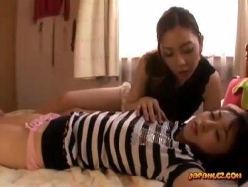 寝ている巨乳ギャルの乳首やおまんこにクリトリスを弄り快感で起こす真性痴女のレズビアン動画無料