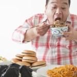 食事を摂る中年男性