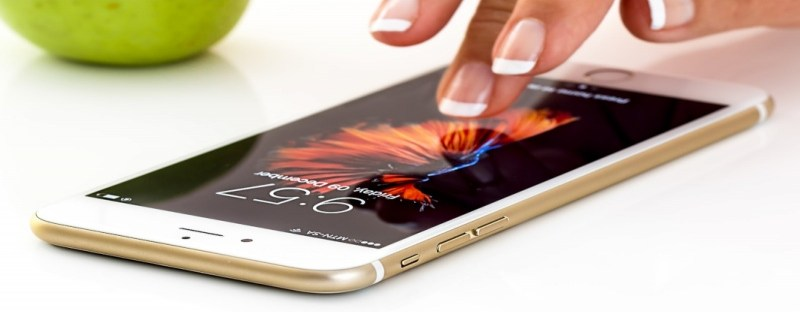 Brasileiros não conseguem ficar longe do celular por mais de uma hora, diz pesquisa