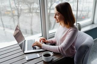 Mulher em sessão de terapia online