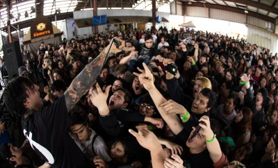Daniel Wand of 'CAPSIZE'  letting the crowd have a go at the mic, Day 2 of NSN7.