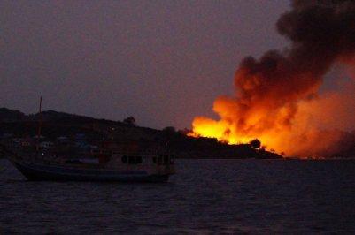 Kobaran api terlihat jelas dari jauh