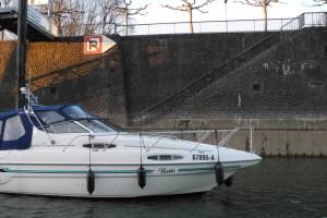 Motoryacht Betti fährt in die Marina Düsseldorf ein