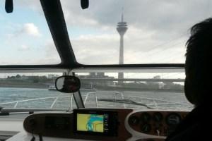 Motoryacht Betti unterwegs Richtung Rheinturm