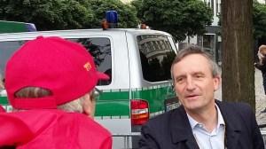 Le Grand Depart der Tour de France 2017 in Düsseldorf - Oberbürgermeister Geisel begrüßt Helfer mit Handschlag