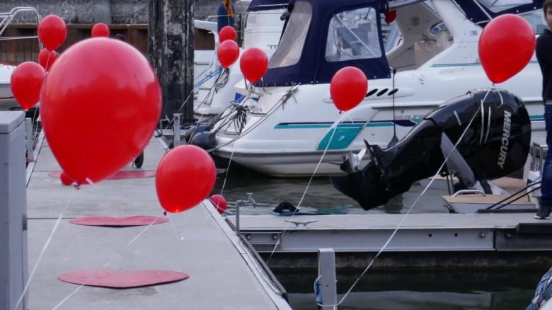 Heiratsantrag an Bord der Motoryacht Betti in Düsseldorf - Mit Herzen und Luftballons dekorierte Steganlage der Marina Düsseldorf