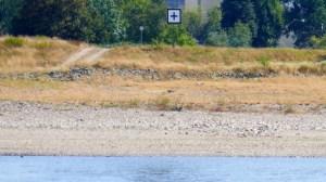 Weißes Schild mit schwarzem Kreuz in der Binnenschifffahrt - Rheinkilometer 740,5