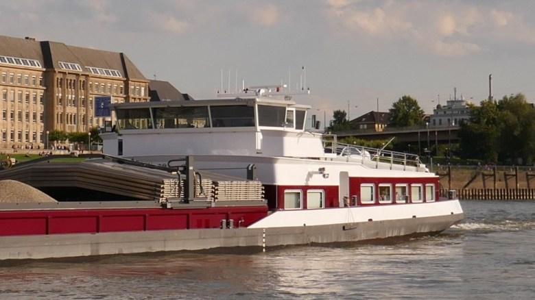 Binnenmotorschiff Willem-Antonie auf dem Rhein bei Düsseldorf