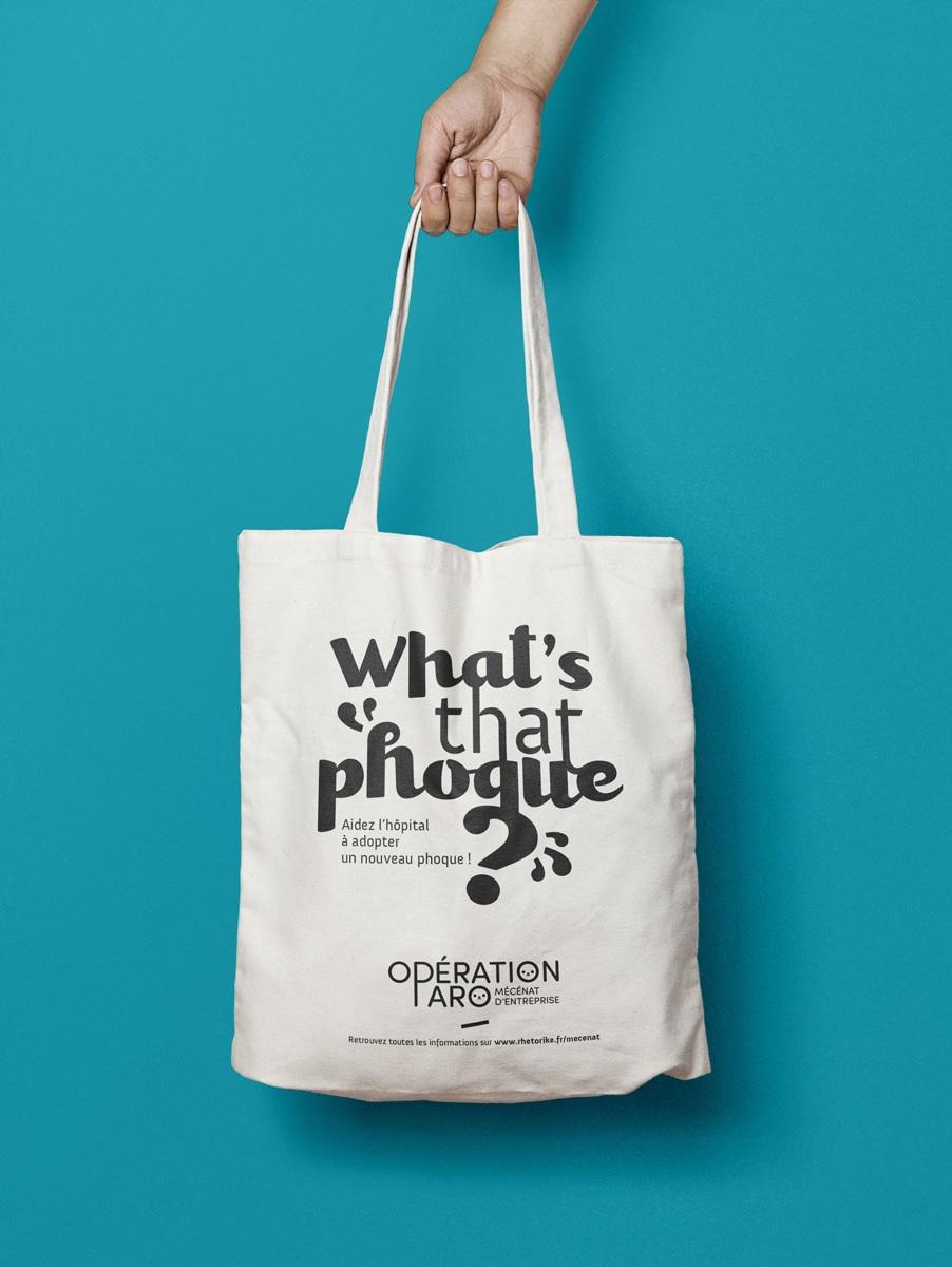Marquer l'événement au moyen d'objets publicitaires réutilisables, comme ici, le tote bag