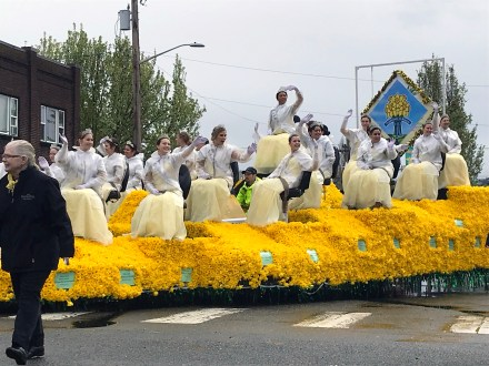 The Daffodil Princesses and Queen go throuh Sumner.