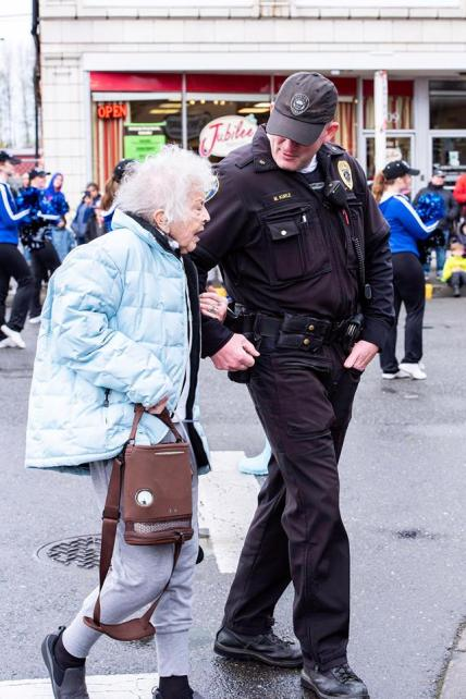 Sgt. Kurle of the Sumner Police Department takes a moment to lend an arm.