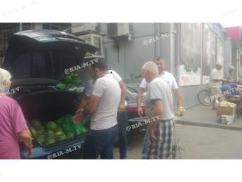 В Мелитополе всем желающим бесплатно раздавали арбузы и ...