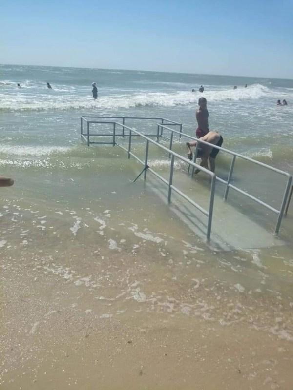 На Федотовой косе к морю выложили плитку на пляже (фото)