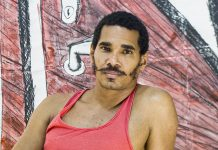 El artista Luis Manuel Otero Alcántara junto a una de las piezas de su serie 'Puertas'.