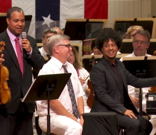 Ilmar y Aldo López-Gavilán junto a una orquesta en Estados Unidos. ʻLos hermanos/The Brothers', 2020 (tráiler).