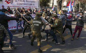 Enfrentamientos entre chilenos simpatizantes del gobierno cubano y emigrados cubanos dejaron un saldo de dos heridos y un lesionado este viernes 16 de julio FOTO Tucson   Rialta