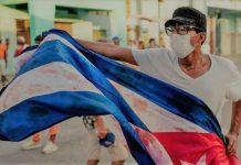 Manifestante levanta una bandera ensangrentada, el pasado 11 de julio durante la revuelta popular en Cuba.