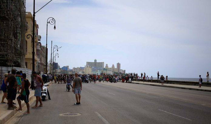 Manifestantes toman el Malecón habanero durante las protestas del 11 de julio en Cuba (foto: Rialta)