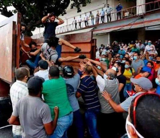 Momento en que reprimen a artistas cubanos que se reunían frente al Instituto Cubano de Radio y Televisión para solicitar quince minutos en cadena nacional