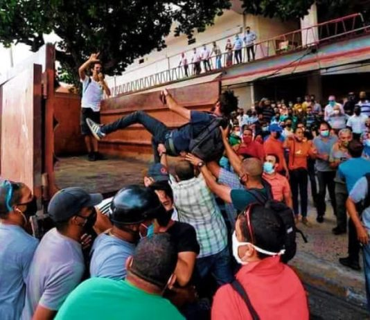 Varios artistas e intelectuales fueron reprimidos y arrestados a las puertas del ICRT. La Habana, 11 de julio de 2021. Fotografía: Tomada de Facebook