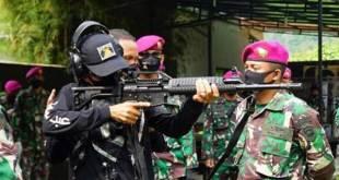 Ustaz Abdul Somad latihan menembak