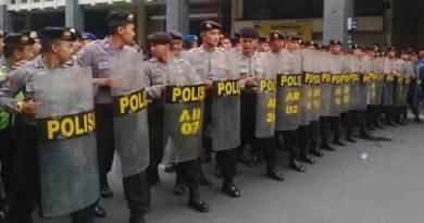 Polisi hadang pendemo