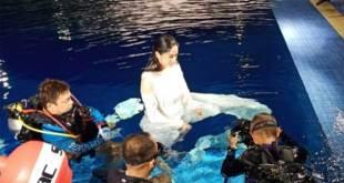 Dewi Perssik dalam kolam