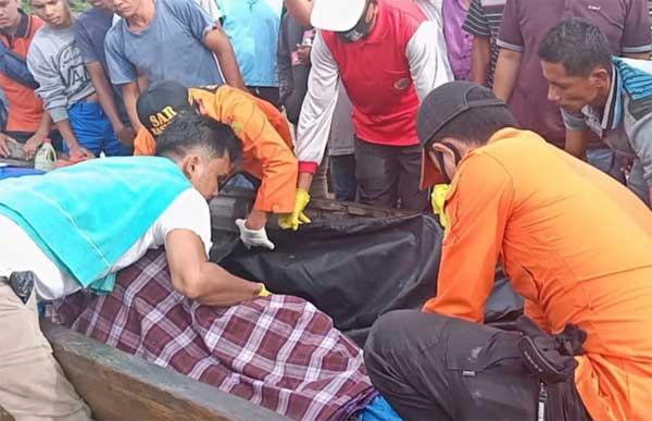 Tim SAR mengevakuasi jasad korban yang terseret Sungai Kampar