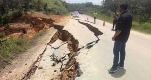 Jalan Lintas Sumbar-Riau amblas