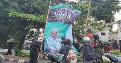 Prajurit TNI menurunkan baliho Habib Rizieq Shihab