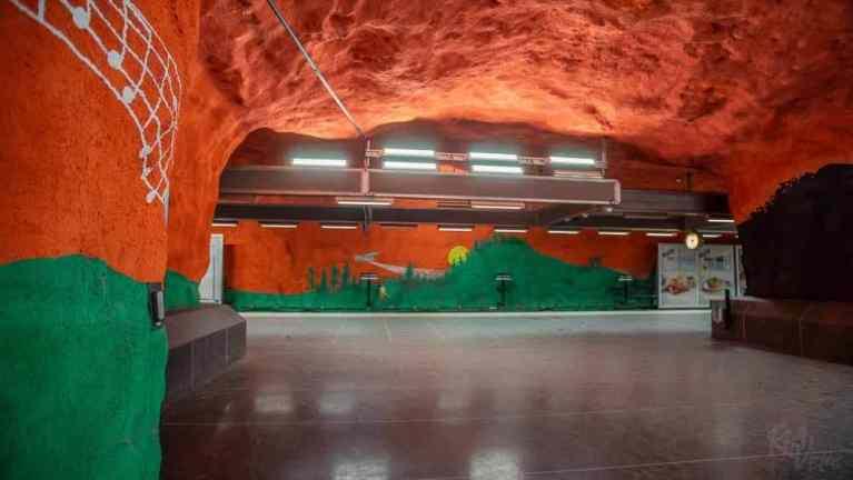 Solna Centrum station red-green - Stockholm_RiA Vistas