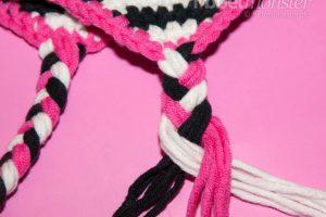 Mütze häkeln - Zöpfen oder Bänder an Ohrenklappen knüpfen