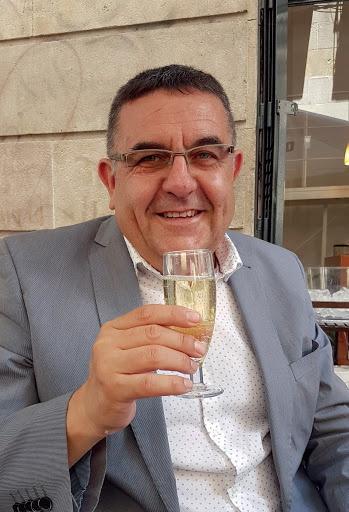 L'auténtic periodiste panchut Vicent Boscá Perelló, director de l'antiu paper del cul SAÓ, dels ensotanats chuplallanties que enteníen a ETA. Hui es vehícul esguitat de tarquim del expansionisme més arbelloner que's pot vórer en tot el Reyne. ¡Vixca, home, vixca, per la tomata de Sandra Gómez, vixca la bona vida dels polítics y me cague en dena y els blavers!.