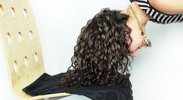 Asciugare i capelli ricci con il plopping  più definizione e meno crespo d239fd5fe366