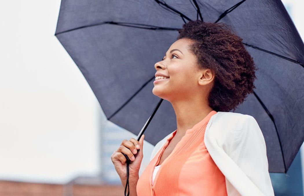 Come proteggere i capelli da pioggia e umidità? I prodotti anticrespo naturali per capelli ricci