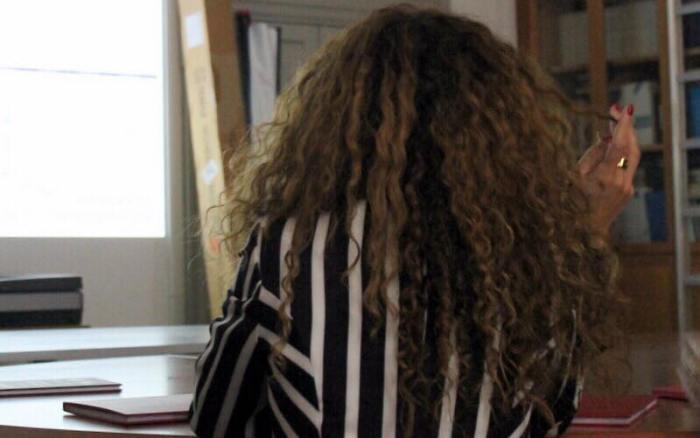 I 7 peggiori errori da evitare se hai i capelli ricci: toccarli continuamente