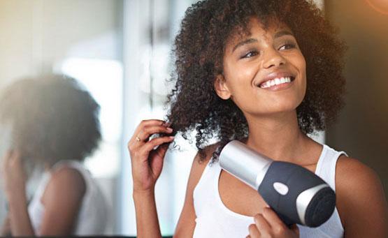 I 7 peggiori errori da evitare se hai i capelli ricci: Asciugare i ricci di fretta con temperature elevate o senza diffusore