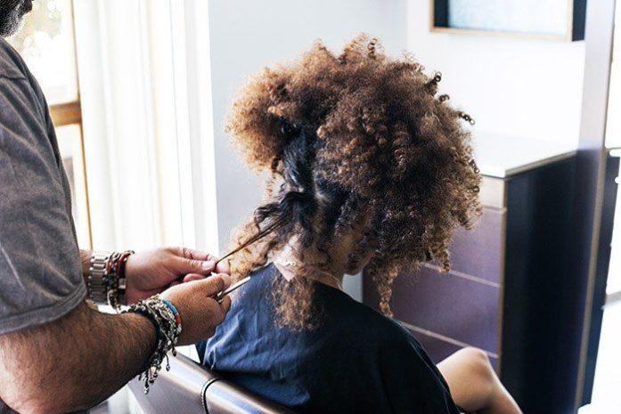 8 situazioni che solo le donne con i capelli ricci possono capire: il parrucchiere che capisce le esigenze dei tuoi ricci è per sempre