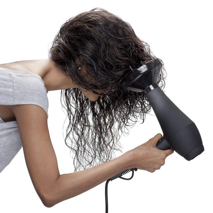 Come asciugare i capelli ricci con il phon?